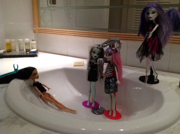Les monster high la piscine monster high victorious for Piscine a monter